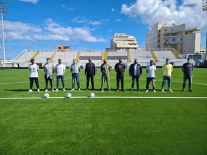 Jugadores, cuerpo técnico y presidente del Ceuta, junto a García Gaona, en el estadio Alfonso Murube / Foto: FFCE