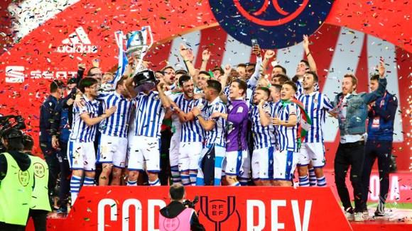 Los jugadores de la Real Sociedad levantan la Copa de campeones de la Copa del Rey 19-20