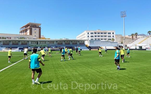 Un momento del entrenamiento del Ceuta, este martes en el estadio Alfonso Murube