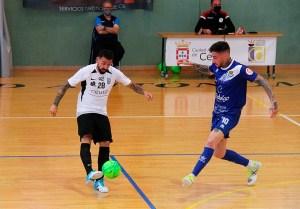 Saúl, presionado por Antoñito, en el partido del pasado sábado en el 'Guillermo Molina'