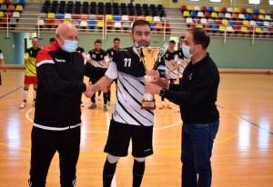 Chito entrega la copa de subcampeón al capitán del Bahía de Ceuta / Foto: FFCE