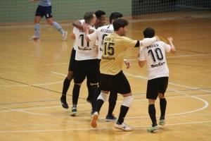 Dani Cabezón celebra un gol con sus compañeros