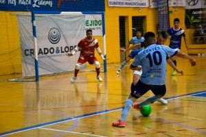 El ejidense Cortés conduce el balón durante el partido de este sábado ante el Manzanares