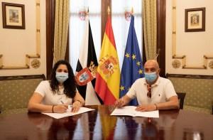 Lorena Miranda y el presidente de la Federación de Natación de Ceuta, en la firma del convenio