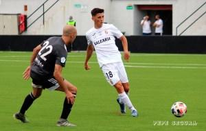 Alberto Reina, presionado por el jugador del Utrera Plusco en el partido del pasado domingo