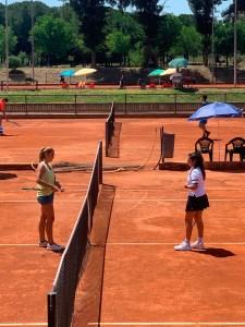 Claudia Martín a la derecha, durante su partido de dieciseisavos de final