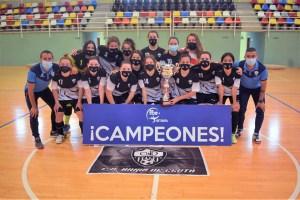 Las integrantes del Bahía de Ceuta, con su trofeo de campeón / Foto: FFCE