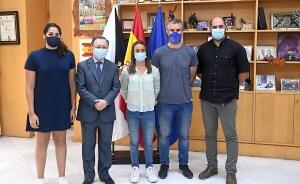 La consejera y el presidente de la Ciudad, junto a Isa Contreras y los directivos de Los Delfines