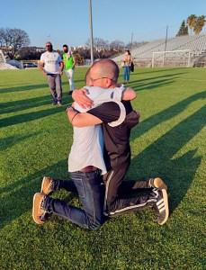 Luhay Hamido y JJ Romero, abrazados el sábado en el campo de La Juventud
