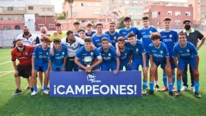 El Sporting de Ceuta, con la copa de campeón de la Liga local de juveniles / Foto: FFCE