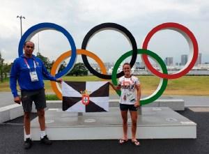 Foad Buchta e Isa Contreras, con la bandera de Ceuta en Tokio
