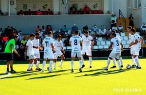 Los jugadores del Ceuta, delante de los aficionados de Tribuna antes de empezar el partido del sábado contra su filial