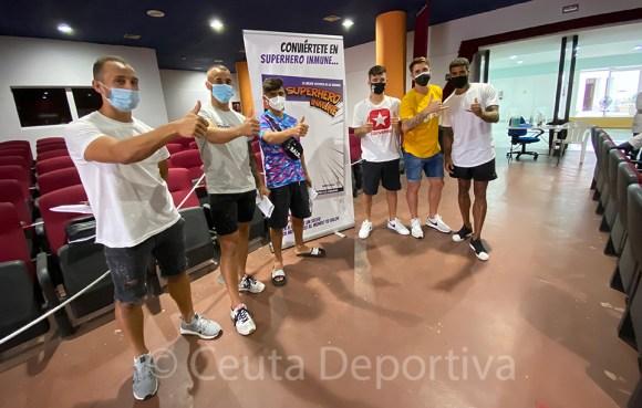 Los jugadores del Ceuta tras recibir la primera dosis de la vacuna