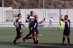 Taufek, felicitado tras uno de sus goles ante el San Bernardo / Foto: DeportesCG.es