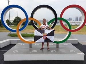 Isa Contreras, con la bandera de Ceuta ante los aros olímpicos de Tokio
