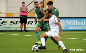 Ismael César protege el balón ante un jugador del Villanovense