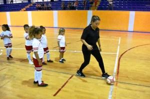 Imagen de una monitora de un equipo de jóvenes jugadoras / Foto: FFCE
