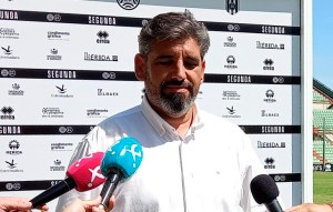 Juan García, atendiendo a los periodistas