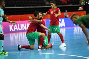 Hamza celebra con sus compañeros uno de los goles de Marruecos