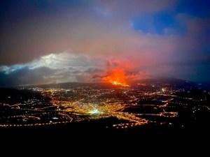 Imagen nocturna de la isla de La Palma con el volcán en erupción