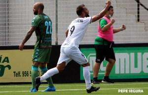 Pito Camacho celebra su gol ante el Villanovense