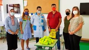 Yassin Harrus, con miembros del equipo del CEIP 'Federico García Lorca'