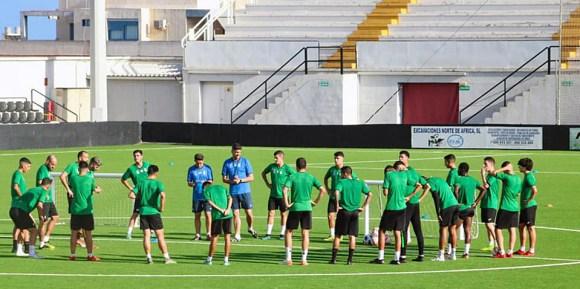Los integrantes del Ceuta B, ultimando la preparación del partido ante el Antoniano