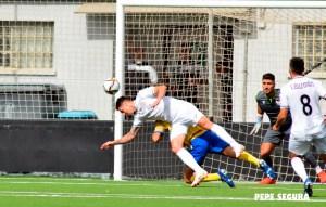 Manuel Raíllo cabecea en una de las ocasiones de gol de que ha dispuesto ante el Vélez