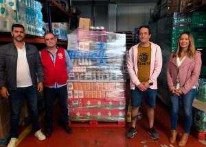 Momento de la entrega de alimentos a Cáritas Diocesana