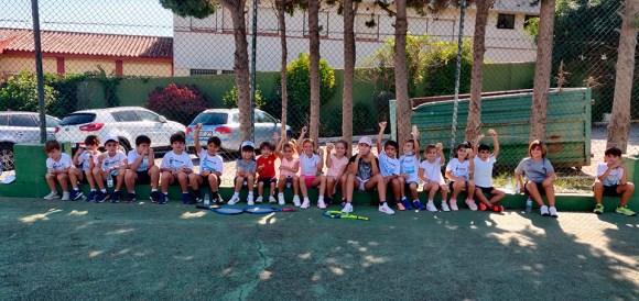 Un grupo de jóvenes jugadores que han participado en el torneo