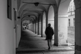 Mentre divagava, il commissario navigò lungo via Petrarca e borgo del Correggio per raggiungere la meta. Si trattava di una porzione di caseggiato infilata fra borgo Retto e borgo delle Colonne. Quella era la sede dell'Æmilia Immobiliare, l'agenzia presso cui lavorava Michele. Al commissario l'avevano riferito i genitori del giovane durante la deposizione e qualcosa aveva fatto sì che lo spunto stratificasse nella sua mente. Ansioso di scoperchiare un angolo della vita del Biavardi, Melegari parcheggiò la civetta e s'appropinquò alla vetrata. Era tondeggiante in alto, come certe porte del borgo, e affiancava l'ingresso all'agenzia.
