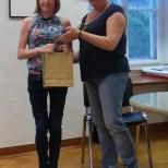 Elena DEGANO riceve il premio da Scilla SORA