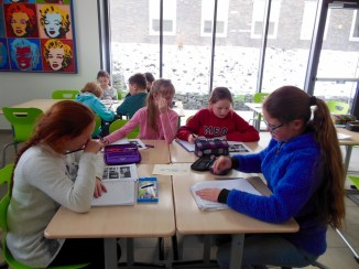 Die Bibliothek bietet viele Arbeitsplätze; u.a. im so genannten Seminarraum.