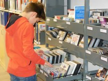 Ein großes, in Schulfächer aufgeteiltes Angebot an CDs und DVDs steht zur Ausleihe zur Verfügung. So können u.a. wichtige Themen des Lehrplans vertieft werden.