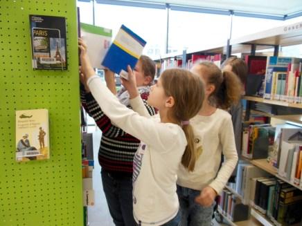 Mit einem Fachbestand von mehr als 7000 Medien ist unsere Schulbibliothek bestens ausgestattet, um selbstständiges und projektorientiertes Arbeiten zu ermöglichen.