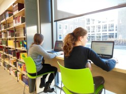"""Die Laptops an der so genannten """"Recherche-Bar"""" ermöglichen moderne Recherchieren. Die Recherche-Plattform auf den Rechnern gibt Hinweise, wo sich gute Fachinformationen finden lassen."""