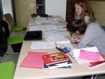 Kristin und Nina bei der Schreibarbeit