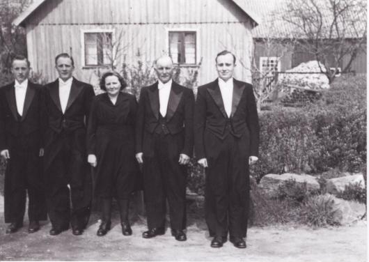 Begravningsklädda familjemedlemmar på Vanstad 18 i maj 1954