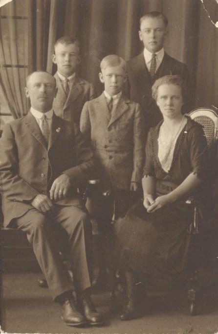 Nils Albin Mortensen med hustrun Ellen samt sönerna Mauritz, Carl och Hilding
