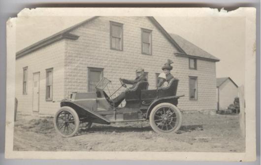 Familjen Henry Hawkinson i sin nyinköpta första bil utanför butiken i Crocus