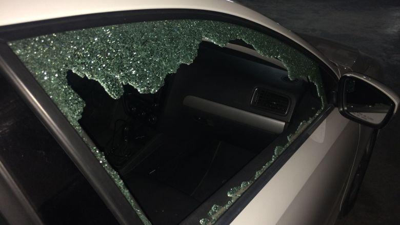 Cristal de un automovil roto por disparo de arma de fuego
