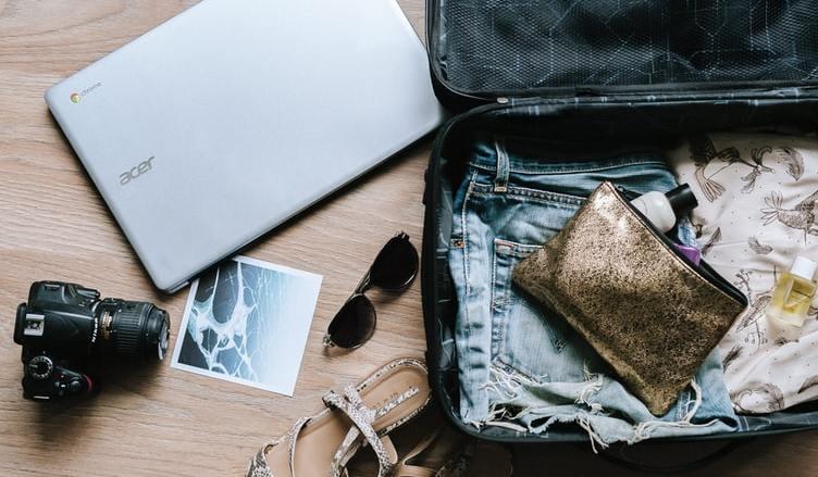 Empacando ropa y computadora para viajar como nómada digital