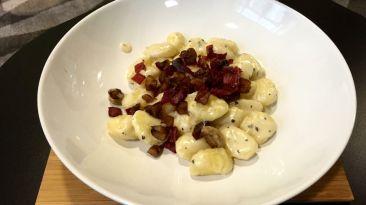 Gnocchis de pommes de terre et châtaignes maison, crème de gorgonzola, châtaignes rôties, truffe noire et jambon sec