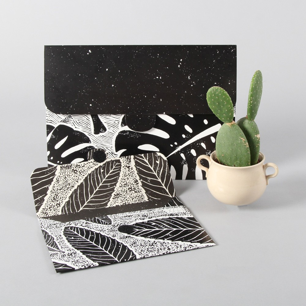 Botanical file folder set in monochrome with two practical sizes (A4 and A5). Perfect for both school and work, making them an excellent gift for the nature lover.