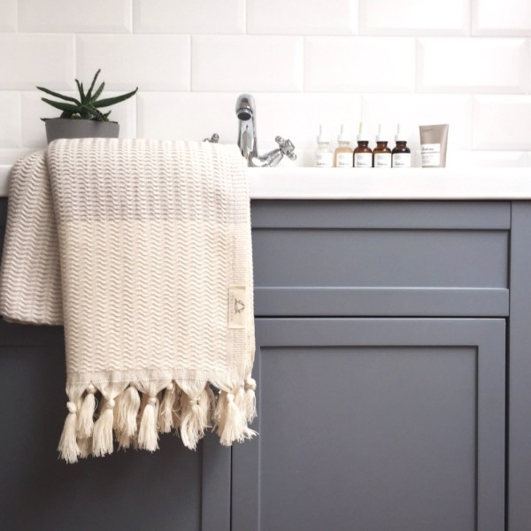 Lutti peshtemal towel - a versatile towel, sarong, throw and scarf all in one. Quick drying, compact and absorbent. Find it on Chalk & Moss (chalkandmos.com) in 4 cheerful yet soothing colours.