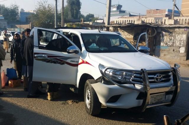 Des membres des forces de sécurité afghanes inspectent le véhicule qui transportait le docteur Tetsu Nakamura, chef de l'ONG japonaise PMS, blessé dans une attaque à l'arme automatique, le 4 décembre 2019 à Jalalabad, en Afghanistan (AFP - Omar GUL)