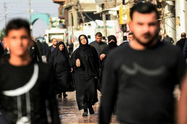 La soeur éplorée (C) d'un Irakien tué lors des affrontements entre manifestants et forces de l'ordre à Bagdad, marche lors de ses funérailles à Najaf au sud de Bagdad, le 28 novembre 2019 (AFP/Archives - Haidar HAMDANI)