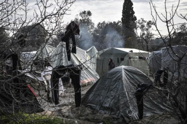 Une femme marche dans le camp de migrants de l'île de Chios en Grèce, le 11 décembre 2019 (AFP - LOUISA GOULIAMAKI)