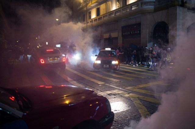 La police tire des gaz lacrymogènes pour disperser des manifestants, le 25 décembre 2019 à Hong Kong (AFP - Philip FONG)