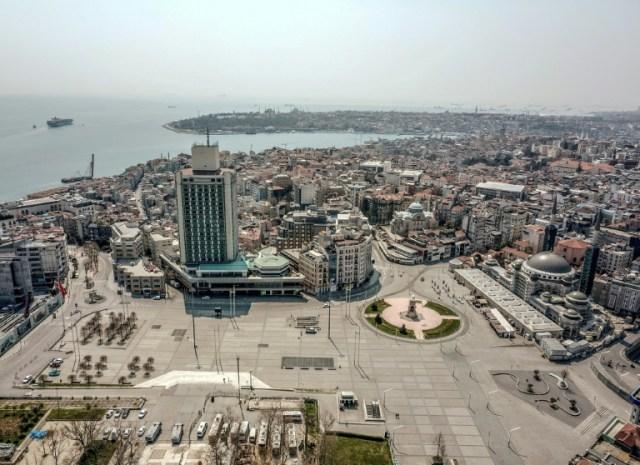 La place Taksim d'Istanbul, déserte en plein confinement obligatoire, le 11 avril 2020 (AFP - Bulent KILIC)